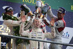 LMP1 podium: ganadores de la clase#2 Porsche Team Porsche 919 Hybrid: Romain Dumas toma una ducha de