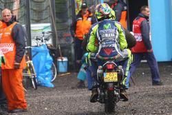 Valentino Rossi, Yamaha Factory Racing, sobre un scooter después de abandonar la carrera en Assen