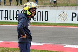 Valentino Rossi draagt een helm van Arai, gecamoufleerd als een AGV