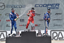 Podium: Sieger Zach Veach, Belardi Auto Racing; 2. Dean Stoneman, Andretti Autosport; 3. Felix Serra