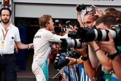 Le vainqueur Nico Rosberg, Mercedes AMG F1 fête sa victoire dans le Parc Fermé