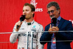 Le vainqueur Nico Rosberg, Mercedes AMG F1 sur le podium avec Eddie Jordan