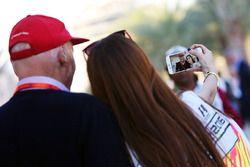 Niki Lauda, Presidente no ejecutivo de Mercedes con un fan