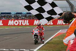 Andrea Dovizioso, Ducati Team empuja su moto a la meta