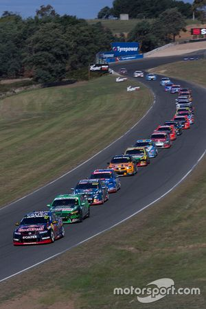 Start actie: Shane van Gisbergen, Triple Eight Race Engineering Holden aan de leiding