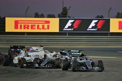 Azione alla partenza: Nico Rosberg, Mercedes AMG F1 Team W07, Valtteri Bottas, Williams FW38 e Lewis