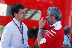 Toto Wolff, Mercedes AMG F1 accionista y Director Ejecutivo, con Maurizio Arrivabene, director del e