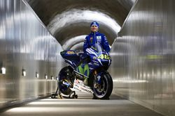 Movistar Yamaha MotoGP Team Directeur Massimo Meregalli met de 2016 Yamaha YZR-M1 Valentino Rossi, Y