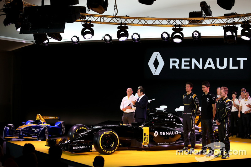 Frederic Vasseur, Renndirektor Renault Sport Racing F1 Team, Carlos Ghosn, Präsident Renault; Jolyon Palmer, Renault Sport F1 Team; Esteban Ocon, Renault Sport F1 Team; Kevin Magnussen, Renault Sport F1 Team