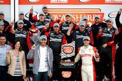 Le vainqueur Chase Elliott, JR Motorsports Chevrolet avec Dale Earnhardt Jr. et Kelly Earnhardt