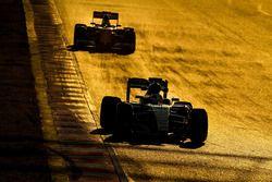 Lewis Hamilton, Mercedes AMG F1 W07 Hybrid, Kimi Raikkonen, Ferrari SF16-H