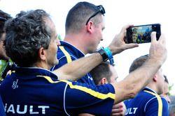 Alain Prost toma una selfie
