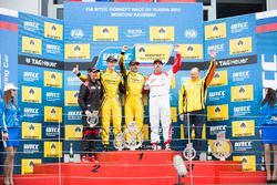 Podium: Le vainqueur Gabriele Tarquini, LADA Sport Rosneft, Lada Vesta; le deuxième Nicky Catsburg, LADA Sport Rosneft, Lada Vesta; le troisième Yvan Muller, Citroën World Touring Car Team, Citroën C-Elysée WTCC; James Thompson, All-Inkl Motorsport, Chevrolet RML Cruze TC1; Viktor Shapovalov, Team manager Lada Sport Rosneft