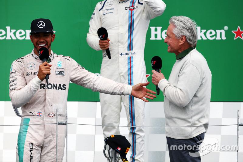 (Зліва направо): переможець гонки Льюїс Хемілтон, Mercedes AMG F1, та Майкл Дуглас, актор, на подіумі