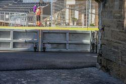 El asfalto nuevo el circuito y el antiguo pavimento de piedra de adoquín