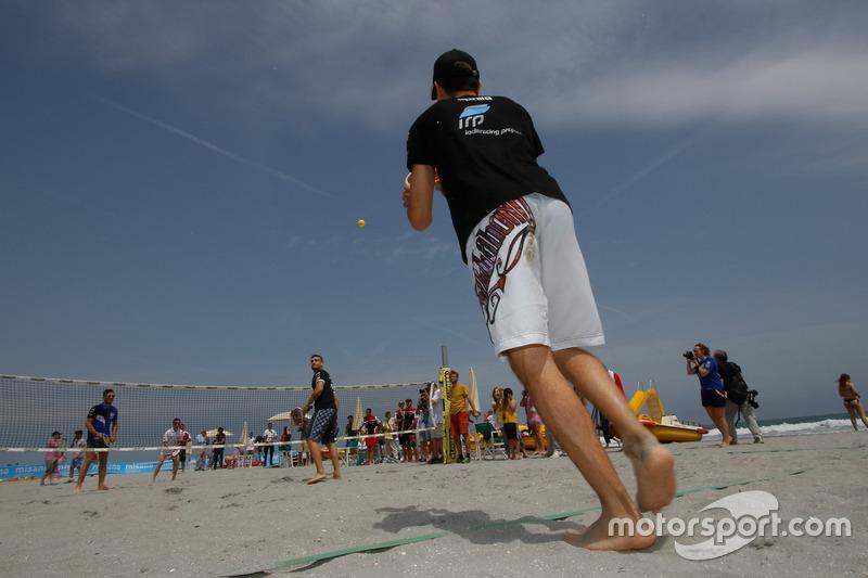 I piloti mentre giocano a beach tennis