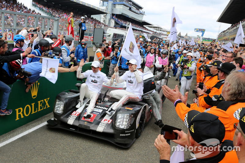 Ganadores de la carrera #2 Porsche Team Porsche 919 Hybrid: Romain Dumas, Neel Jani, Marc Lieb llegan a parc fermé