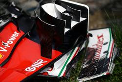 De afgebroken voorvleugel van Kimi Raikkonen, Ferrari