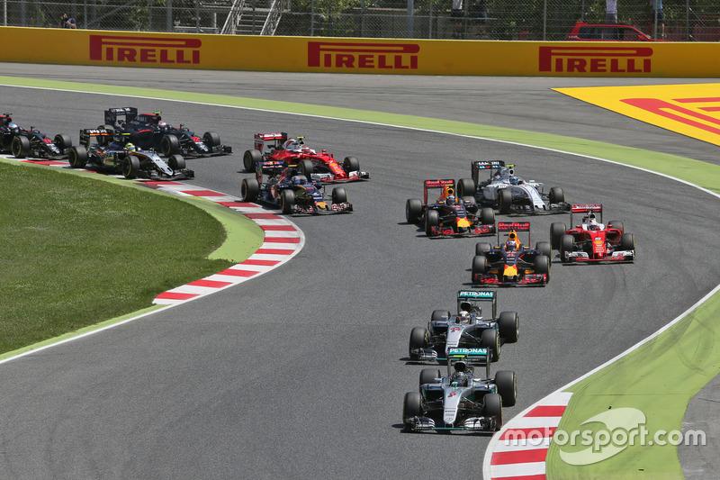 Na largada, Nico Rosberg conseguiu superar Lewis Hamilton e assumiu a liderança na primeira curva, no que parecia se tornar mais um passeio da Mercedes.