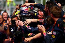 Max Verstappen, Red Bull Racing ilk F1 zaferini kutluyor