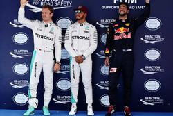 La pole pour Lewis Hamilton, Mercedes AMG F1 W07, le deuxième Nico Rosberg, Mercedes AMG F1 W07 et le troisième Daniel Ricciardo, Red Bull Racing RB12