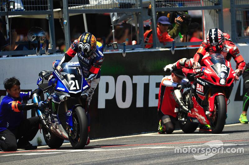 #21 Yamaha Factory Racing Team: Katsuyuki Nakasuga and #12 Yoshimura Suzuki: Takuya Tsuda, Joshua Brookes