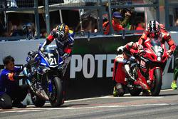 #21 Yamaha Factory Racing Team: Katsuyuki Nakasuga and #12 Yoshimura Suzuki: Takuya Tsuda, Joshua Br