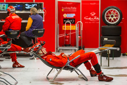 Scuderia Praha车队技师安然入睡