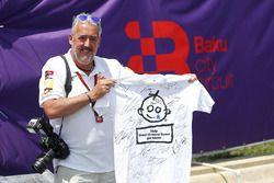 Mark Sutton, photographe F1 un t-shirt Great Ormond Street signé par les pilotes