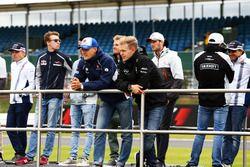 Marcus Ericsson, Sauber F1 Team, et Kevin Magnussen, Renault Sport F1 Team, durant la parade des pilotes