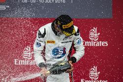Podium: winnaar Alexander Albon, ART Grand Prix viert met champagne
