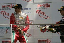 Il vincitore di Gara 1 Juan Manuel Correa, Prema Powerteam festeggia sul podio