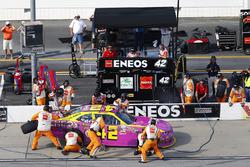 Kyle Larson, Chip Ganassi Racing Chevrolet, pit stop