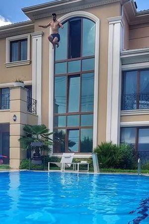 Kenan Sofuoğlu havuza atlayış