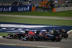 Sergio Perez, Sahara Force India F1 VJM09 en Carlos Sainz Jr., Scuderia Toro Rosso STR11
