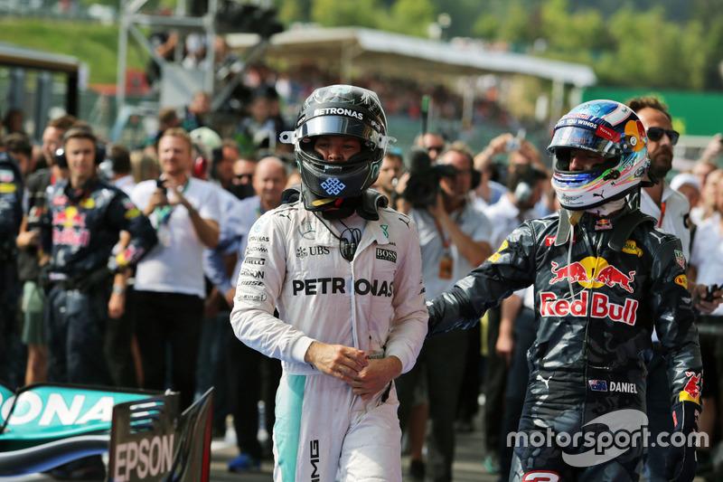 Yarış galibi Nico Rosberg, Mercedes AMG F1 ve 2. Daniel Ricciardo, Red Bull Racing, parc ferme