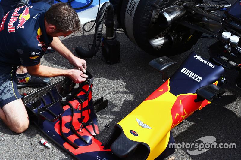 I meccanici lavorano sulla Red Bull Racing RB12 mentre la gara è sospesa