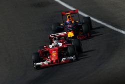 Себастьян Феттель, Scuderia Ferrari SF16-H Ferrari и Макс Ферстаппен, Red Bull Racing RB12