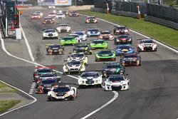 Le départ : #58 Garage 59 McLaren 650S GT3: Rob Bell, Alvaro Parente mène