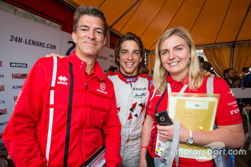 #44 Manor Oreca 05 Nissan: Roberto Merhi with Graeme Lowdon and Laura Booth