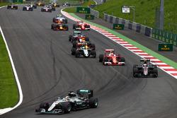 Льюїс Хемілтон, Mercedes AMG F1 W07 Hybrid лідирує на старті гонки