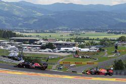Carlos Sainz Jr., Scuderia Toro Rosso STR11 y Daniel Ricciardo, Red Bull Racing RB12