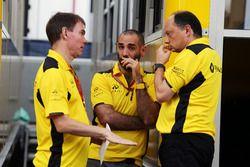Alan Permane, Director de operaciones de Renault Sport F1 Team pista con Cyril Abiteboul, Managing D