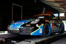 Auto #31 Bodymotion Racing Porsche Cayman: Jason Rabe, Devin Jones, durante la inspección