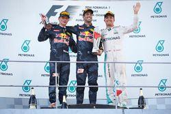 المنصة: الفائز بالسباق دانيال ريكاردو، ريد بُل، المركز الثاني ماكس فيرشتابن، ريد بُل، المركز الثالث