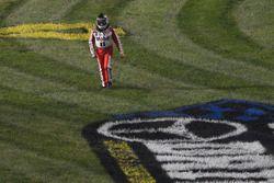 Tony Stewart, Stewart-Haas Racing cammina via dalla sua auto incidentata