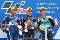 Podium : le second Enea Bastianini, Gresini Racing Team Moto3, le vainqueur Brad Binder, Red Bull KTM Ajo, le troisième Joan Mir, Leopard Racing