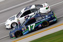 Brad Keselowski, Team Penske Ford, und Ricky Stenhouse Jr., Roush Fenway Racing Ford