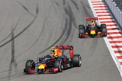 Daniil Kvyat, Red Bull Racing RB12 avec son équipier Daniel Ricciardo, Red Bull Racing RB12