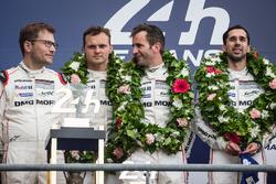 Подиум LMP1: победители в классе и в гонке Ромен Дюма, Нил Джани, Марк Либ, #2 Porsche Team Porsche 919 Hybrid